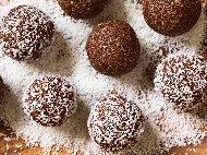 Рецепта Бисквитени топчета (бонбони) с локум, орехи и кокосови стърготини